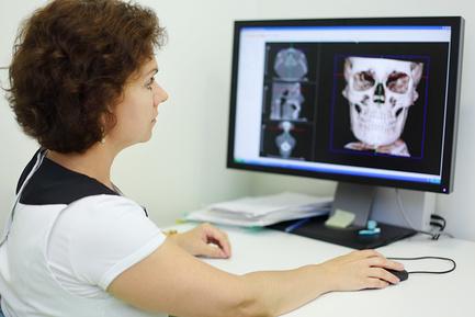 Эксперт смотрит снимок черепа
